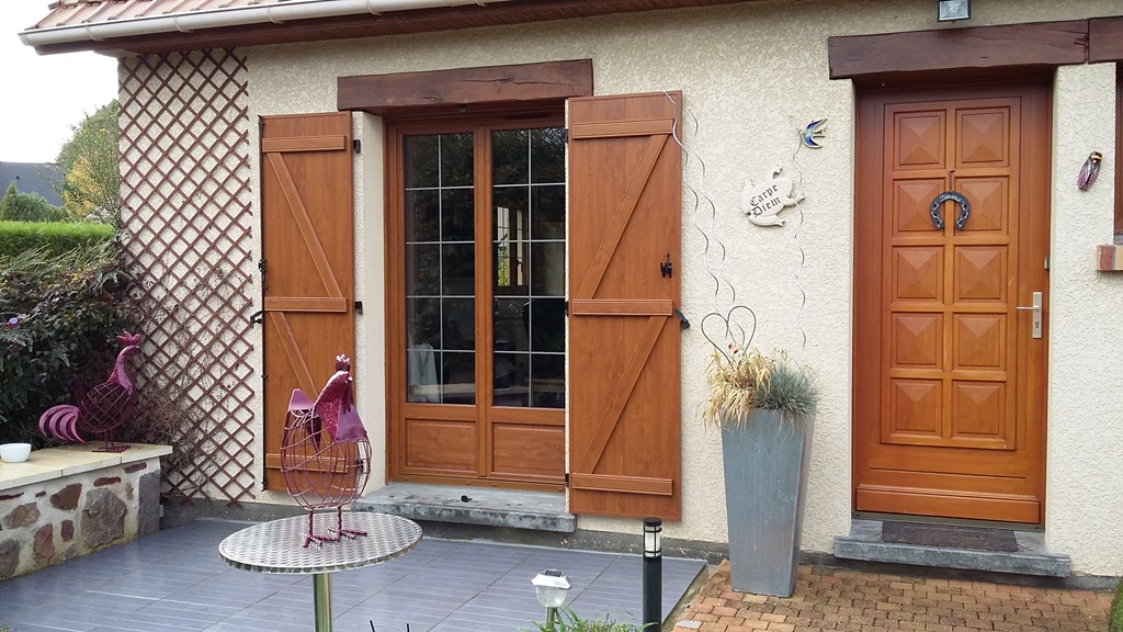 Volets Battants Et Fenêtres PVC En Chêne Doré Avec Croisillons Couleur Plomb